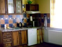 pohled-na-kuchyskou-linku-v-apartmnu-1