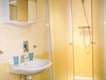 pohled-na-vybaven-koupelny-v-apartmnu-2