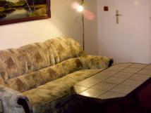 pohled-do-3lkovho-pokoje-penzionu-sedaka-s-konfer-stolkem