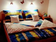pokoj-s-manelskou-postel-