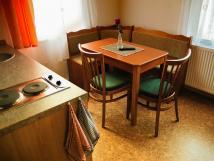 kuchyn-s-posezenm-apartmn-pro-4-osoby