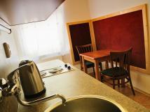 kuchyn-s-posezenm-apartmn-pro-3-osoby