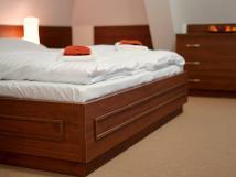 kingsize-postel-v-apartmnu