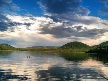 pohled-z-penzionu-na-jezero