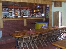 restaurace-uvnit-objektufotblek-juke-box-ale-i-vlastn-hudebn-nstroje-pln-i-polopenze-nezvisl-stravovn-dle-denn-nabdky