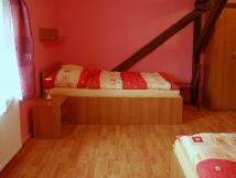 dvoulkov-pokoj-s-oddlenmi-postelemi-pohled-2