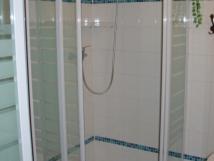 koupelna-s-2-sprchovmi-kouty-spolen-prostory