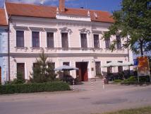 budova-hotelu-drnholec-z-nmst