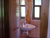 koupelna-sprcha-a-zchod-je-za-rohem