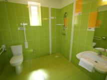jarn-pokoj-koupelna-bezbarirov