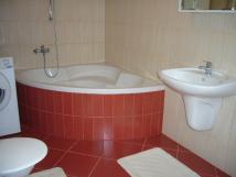 koupelna-s-rohovou-vanou-a-prakou