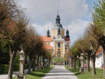 kov-cesta-s-kostelem