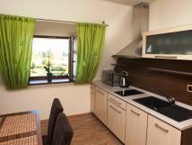 kuchyn-v-zelenm-apartmnu
