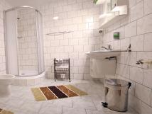 koupelna-stejn-u-vech-pokoj