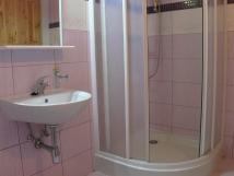 kad-apartm-m-koupelnu-se-sprch-koutem-a-wc
