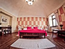 historick-apartmn-s-dobovmi-malbami-a-interiery-s-vhledem-do-nmst