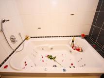 whirpool-ve-svatebnm-pokoji