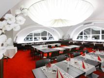 prostorn-restaurace-je-vhodn-jak-pro-soukromou-veei-tak-i-pro-rodinn-setkn-a-firemn-jednn