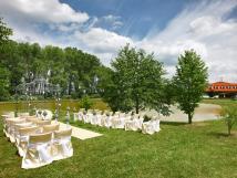 krsn-okol-hotelu-je-ideln-pro-svatby-a-venkovn-oslavy-v-italskm-altnku-u-rybnka-je-mon-uspodat-romantick-obad-
