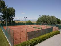 dva-antukov-tenisov-kurty-s-nonm-osvtlenm-a-tenisov-vybaven-si-mete-objednat-na-recepci