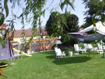 celkov-pohled-na-zahradu-u-vody-ped-pensionkem-i-domem-pro-rodinnou-rekreaci