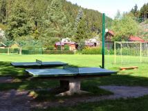 bozeov-stoly-na-stoln-tenis-v-pozad-je-fotbalov-hit-
