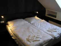 pokoj-s-manelskou-postel