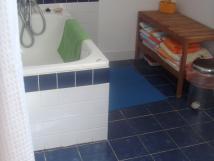 koupelna-s-malou-vanou-a-umyvadlem-v-podkrov-snen-strop