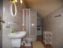 pokoj-2-koupelna-s-umyvadlemsprchovm-koutem-a-wc