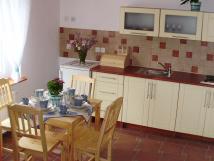 apartmn-s-vhledem-do-zahrady-kuchyka