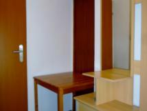 chodbika-mezi-pokoji-s-vchodem-do-koupelny