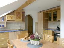 kuchyn-s-jdelnm-stolem-v-podkrov