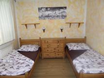 velk-apartmn-masivn-samostatn-postele-pro-dva-staroesk-nbytek-lampiky-foto-masarykovo-nmst