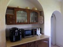 velk-apartmn-automatick-kvovar-jura-mikrovlnka-varn-konvice-vstup-do-koupelny-a-pllitrov-pozornost-v-lednici