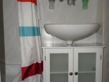 mal-apartmn-koupelna-detail-umyvadlo-se-skkou