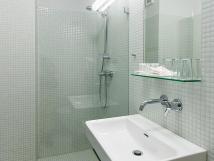 koupelny-se-sprchovm-koutem-jsou-vybaveny-tak-vysoueem-vlas-hotel-atom-teb